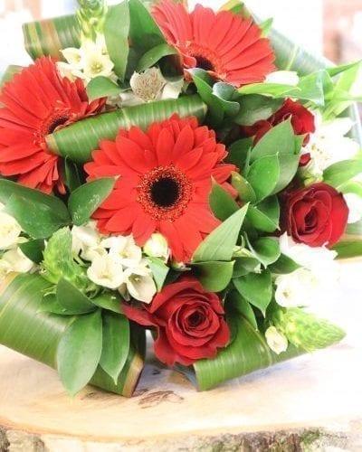 Bouquet de fleurs gerbera et roses rouges