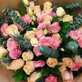 Bouquet de roses, lisianthus et chardons